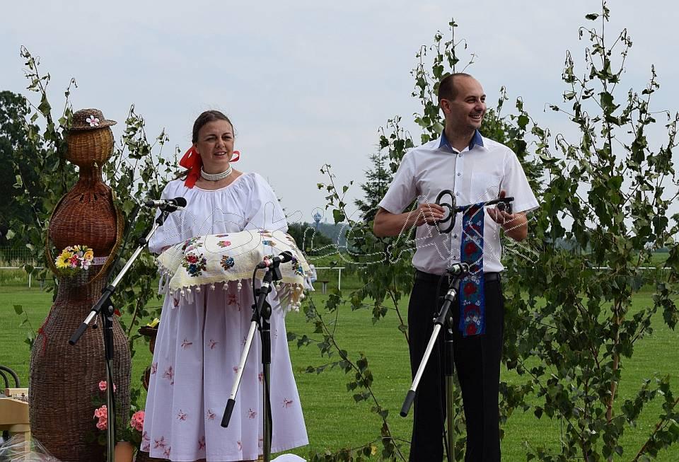 Festival symbolicky otvorili zakladateľka festivalu a zároveň vedúca FSk ROKiCA Jana Zaťovičová Pčolinská a starosta obce Štefan Rovňák otočením krásneho symbolu tohto festivalu – umelecky ukovaného kľúča